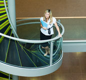 Mulher de negócios que anda acima das escadas no escritório Imagens de Stock Royalty Free