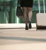 Mulher de negócios que anda com saco e mala de viagem na cidade Fotos de Stock Royalty Free
