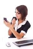 Mulher de negócios que aplica o batom Fotos de Stock