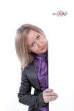 Mulher de negócios que aponta e que mostra a bandeira vazia imagens de stock royalty free