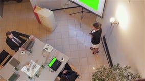 Mulher de negócios que aponta em uma carta video estoque