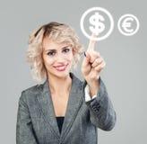 Mulher de negócios que aponta na moeda do dólar americano Transferências de dinheiro, troca e conceito depositar fotos de stock royalty free