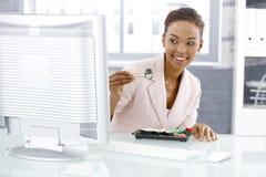 Mulher de negócios que aprecia o sushi Fotografia de Stock