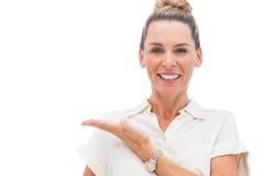 Mulher de negócios que apresenta algo com palma Fotografia de Stock Royalty Free