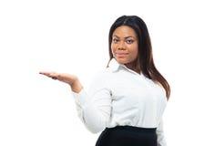 Mulher de negócios que apresenta o espaço da cópia em sua palma Foto de Stock Royalty Free