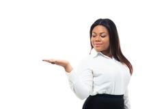 Mulher de negócios que apresenta o espaço da cópia em sua palma Foto de Stock