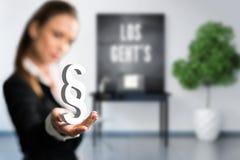 Mulher de negócios que apresenta um parágrafo na frente de um espaço de trabalho Fotografia de Stock Royalty Free