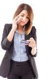 Mulher de negócios que ativa seu cartão de crédito fotografia de stock royalty free