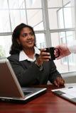 Mulher de negócios que começ o café imagens de stock royalty free
