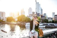 Mulher de negócios que come fora fotos de stock royalty free