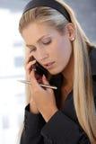Mulher de negócios que concentra-se no telefonema fotografia de stock royalty free