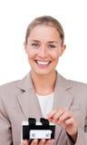Mulher de negócios que consulta um suporte do cartão Fotos de Stock
