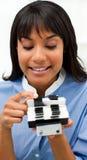Mulher de negócios que consulta um suporte do cartão Fotografia de Stock