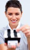 Mulher de negócios que consulta um suporte do cartão Imagens de Stock Royalty Free