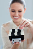 Mulher de negócios que consulta um suporte do cartão Fotos de Stock Royalty Free
