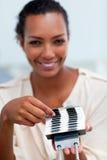 Mulher de negócios que consulta um suporte do cartão Imagens de Stock