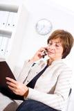 Mulher de negócios que convida o telefone Fotos de Stock Royalty Free