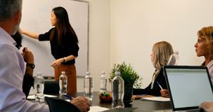 Mulher de negócios que dá a apresentação na sala de conferências 4k video estoque