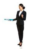 Mulher de negócios que dá uma pasta Imagens de Stock Royalty Free