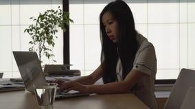 Mulher de negócios que datilografa no computador filme