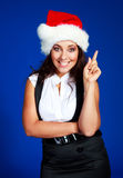 Mulher de negócios que desgasta o chapéu de uma Santa Fotos de Stock Royalty Free