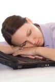 Mulher de negócios que dorme no portátil Fotografia de Stock Royalty Free