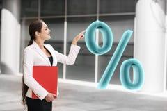 Mulher de negócios que empurra por cento virtuais grandes Foto de Stock