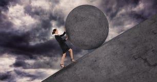 Mulher de negócios que empurra uma bola da pedra 3D acima dela ilustração stock