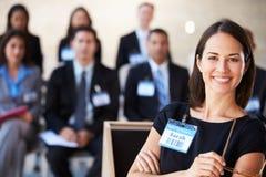 Mulher de negócios que entrega a apresentação na conferência Imagens de Stock Royalty Free