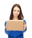 Mulher de negócios que entrega a caixa Imagens de Stock Royalty Free