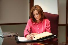 Mulher de negócios que escreve uma proposta fotos de stock