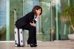 Mulher de negócios que espera em um aeroporto imagem de stock royalty free