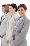 Mulher de negócios que está ao lado de seus associados foto de stock
