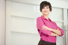 Mulher de negócios que está dentro de sorriso Fotos de Stock Royalty Free