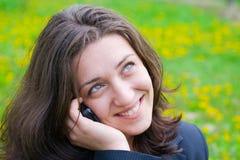 Mulher de negócios que fala em um telefone de pilha Imagem de Stock Royalty Free