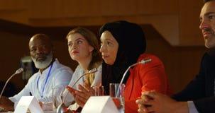 Mulher de negócios que fala no orador na tabela no auditório 4k video estoque
