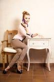 Mulher de negócios que fala no smartphone do telefone celular Fotografia de Stock Royalty Free
