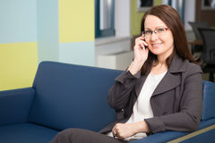 Mulher de negócios que fala no telefone Fotografia de Stock