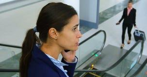 Mulher de negócios que fala no telefone quando no elevador 4k filme