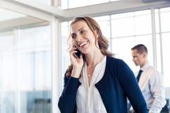 Mulher de negócios que fala sobre o telefone imagens de stock