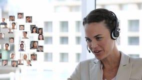 Mulher de negócios que fala a uma rede dos povos filme