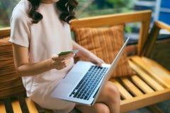 Mulher de negócios que faz a compra em linha com o portátil e o crédito Ca fotos de stock