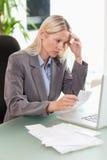 Mulher de negócios que faz a contabilidade Imagens de Stock