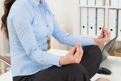 Mulher de negócios que faz a ioga foto de stock