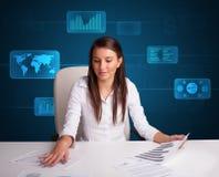 Mulher de negócios que faz o documento com fundo digital Foto de Stock Royalty Free