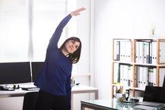 Mulher de negócios que faz o exercício imagens de stock