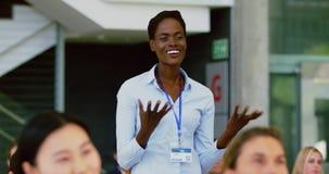 Mulher de negócios que faz uma pergunta durante o seminário 4k video estoque