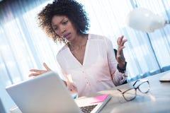 Mulher de negócios que fica irritado no computador imagem de stock royalty free