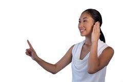 Mulher de negócios que finge responder à chamada ao tocar na relação invisível imagem de stock