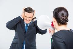 Mulher de negócios que grita no homem de negócios imagem de stock royalty free